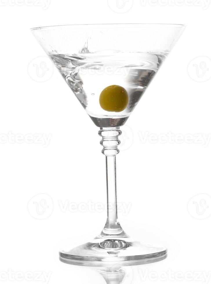 martiniglas med olivolja isolerad på vitt foto