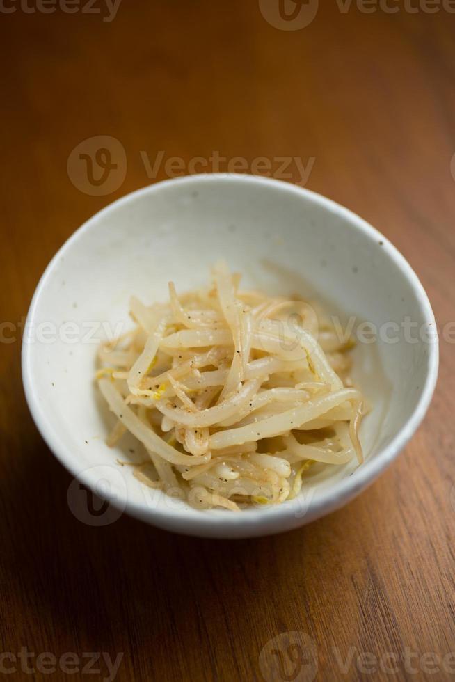 japanska koreanska köket moyashi namuru (sojabönspiror namul, kongnamul) foto