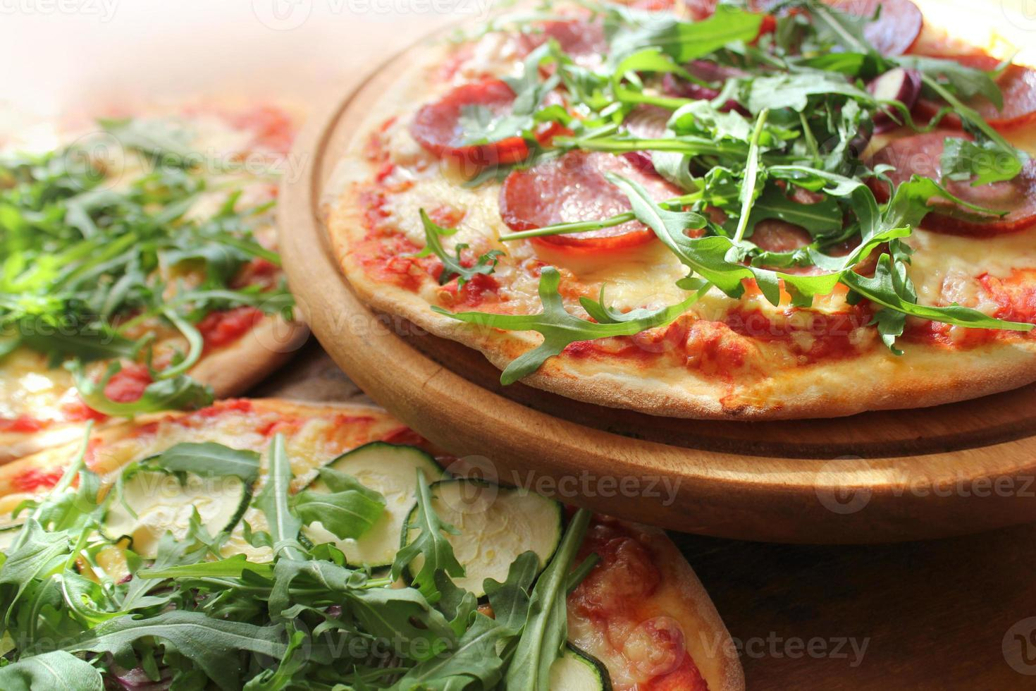 pizza med korv, ost, ruccola foto