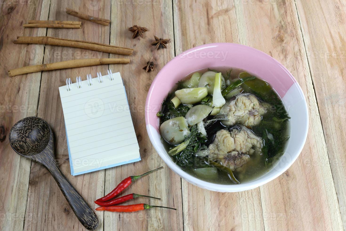 detta är en lokal thailändsk mat, kang om. foto