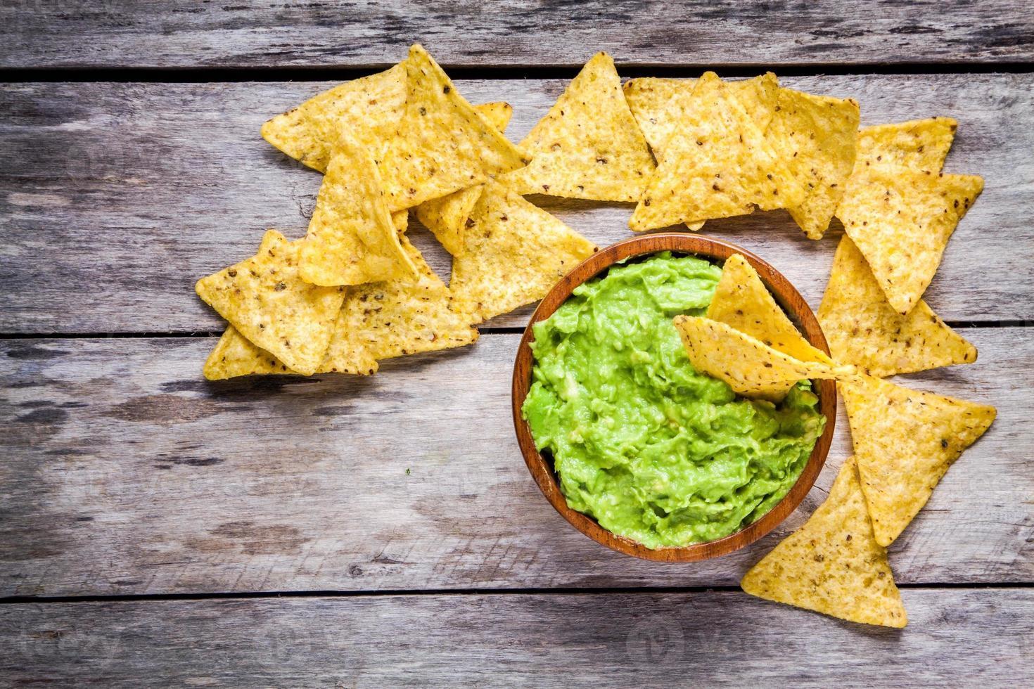 hemlagad guacamole med toppvy av majs chips foto