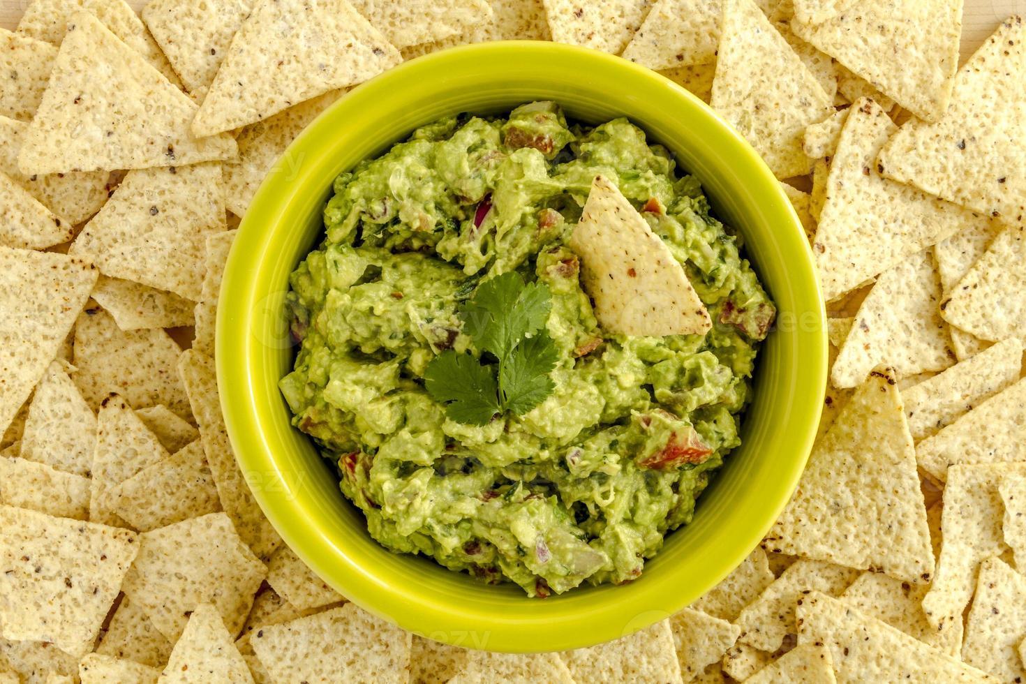 färskt hemlagat chunky guacamole dopp foto