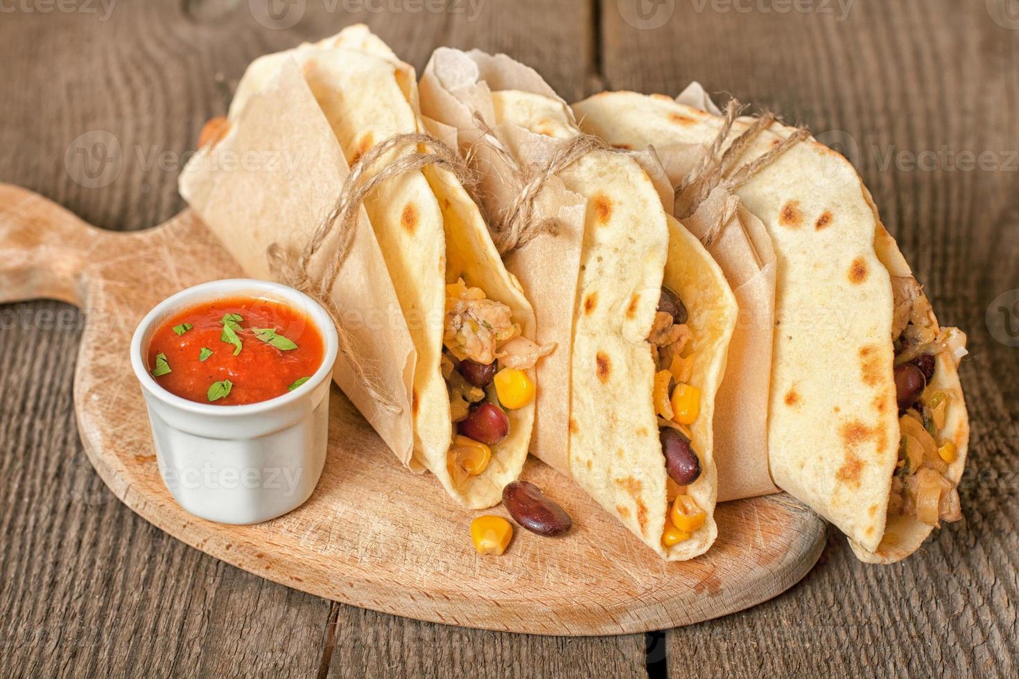 tortilla med kyckling, grönsaker och ost foto