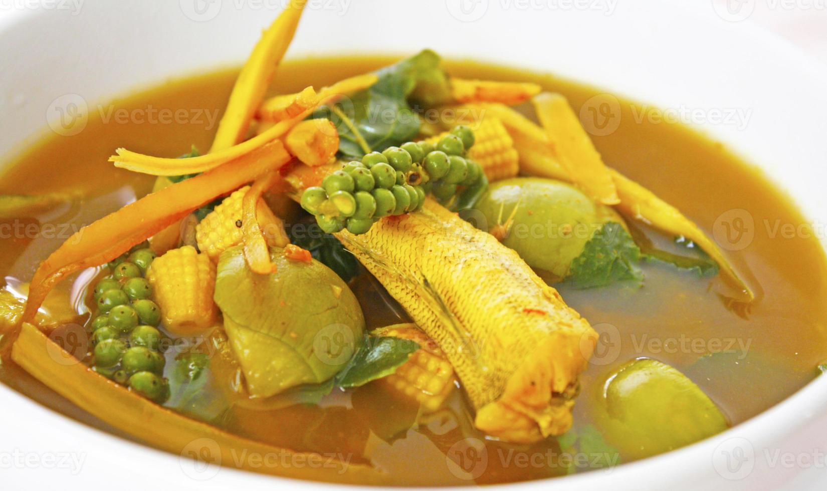 sur och kryddig thailändsk mat foto