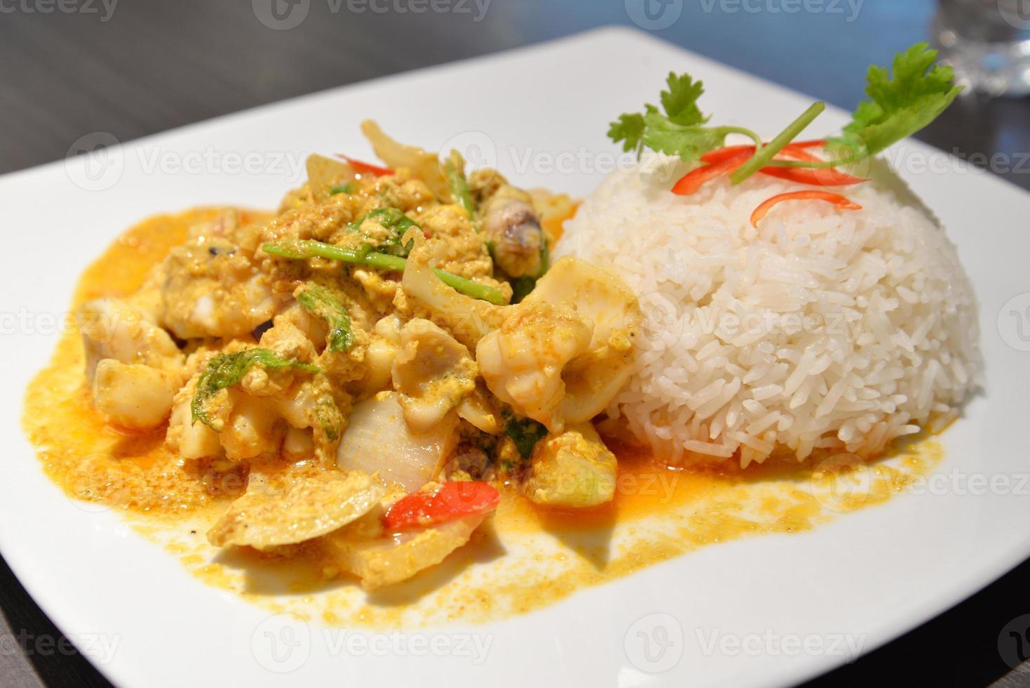 ris med stekt curry skaldjur foto