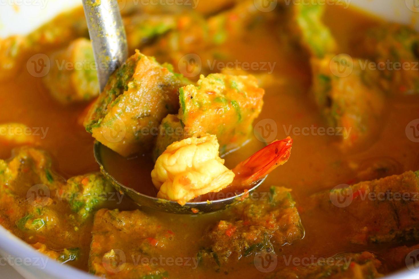 räkor och vegetabilisk omelett orange curry foto