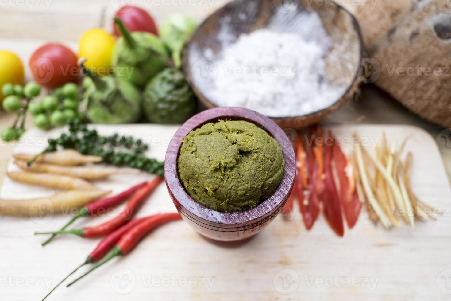 thai recept: thailändsk grön curry med ingredienser (gaeng khiao waan) foto