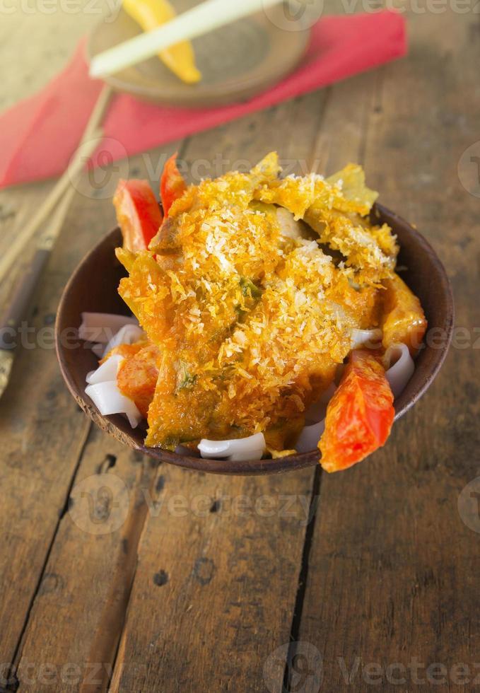 asiatisk maträtt med risnudlar och paprika på gammalt trä foto