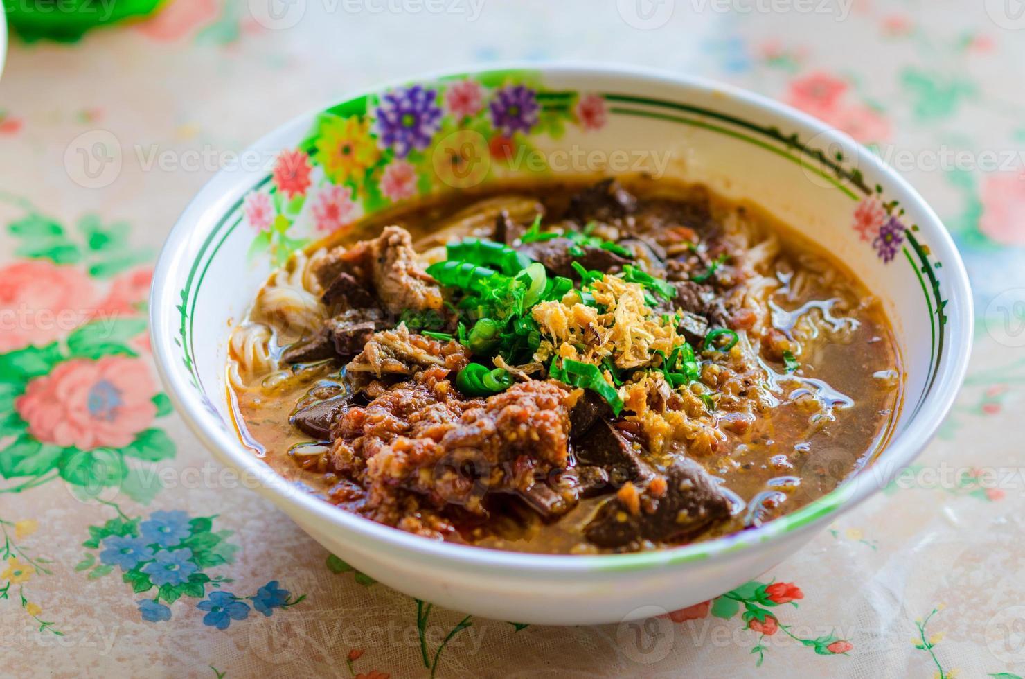 thailändsk risnudel med kryddig curry foto