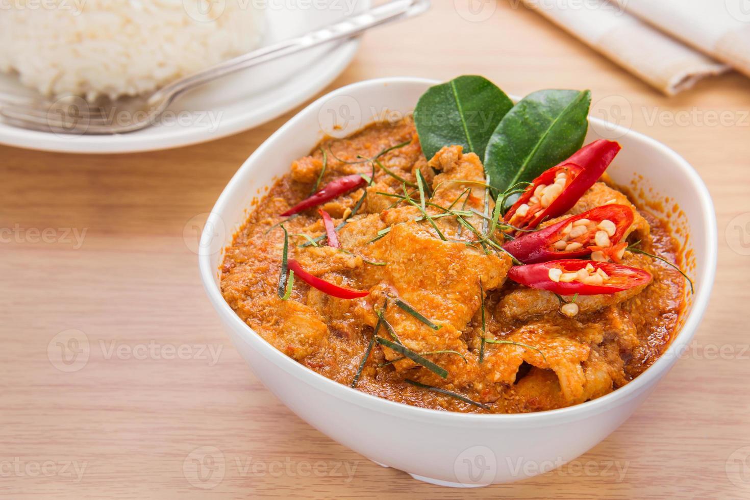 röd curry med fläsk och ris (panaeng), thailändsk mat foto