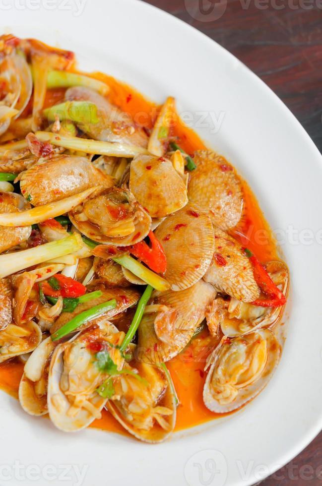 kryddig musslor på maträtt foto