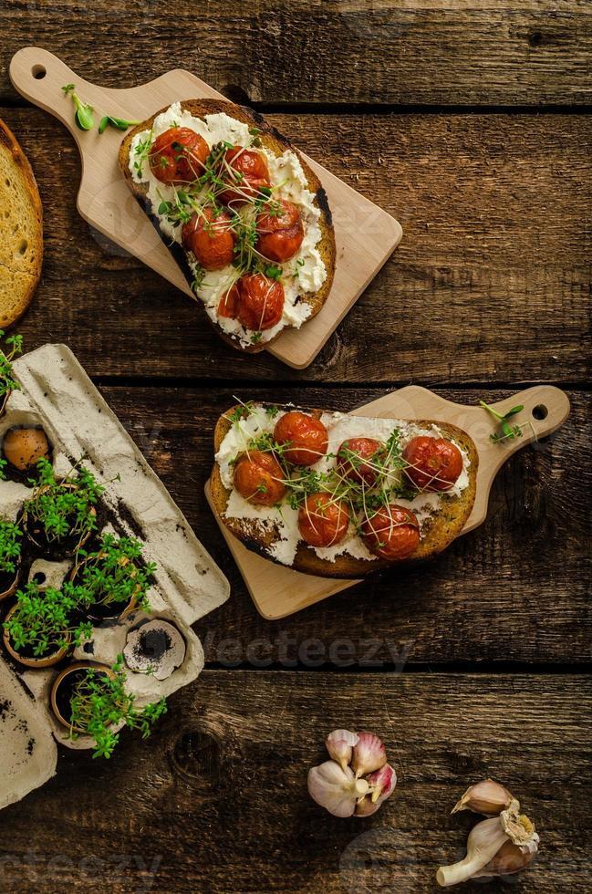 rostad körsbärstomatsås och ricotta på rostat bröd foto