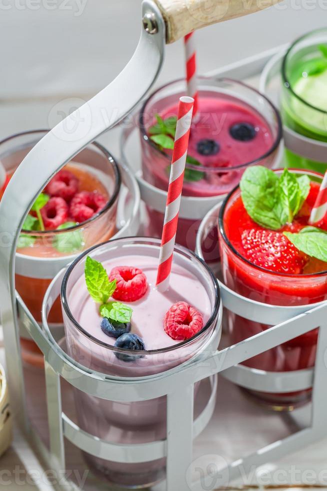 läcker cocktail med frukt foto