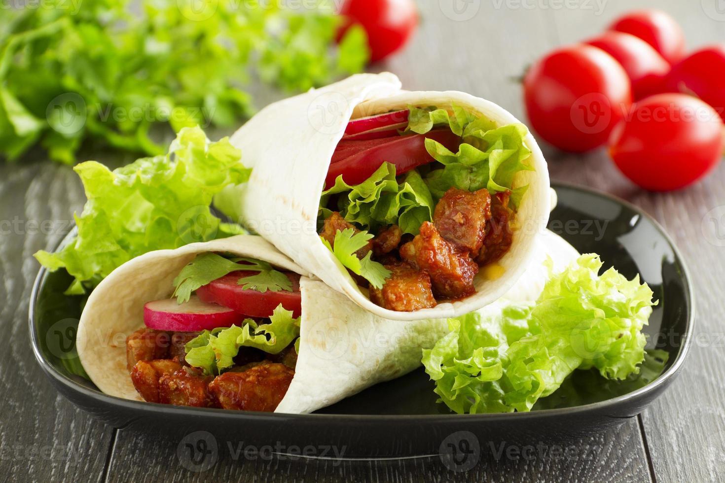 burrito med fläsk och tomater. foto
