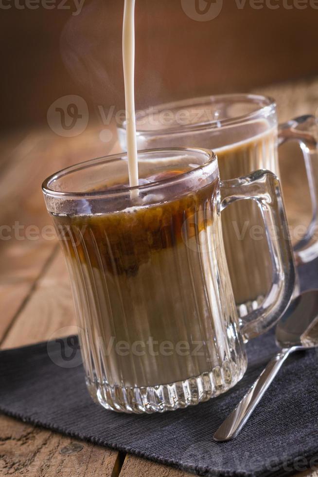 varmt kaffe och glas mugg foto