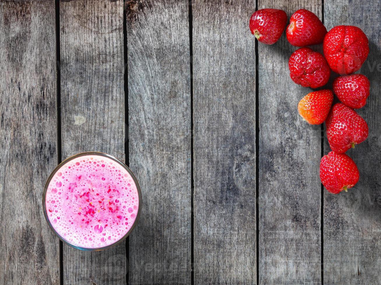 jordgubbar och smoothie foto