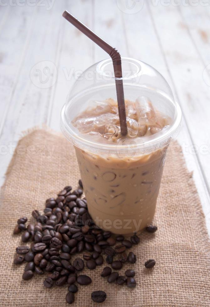 iskaffe med kaffebönor foto
