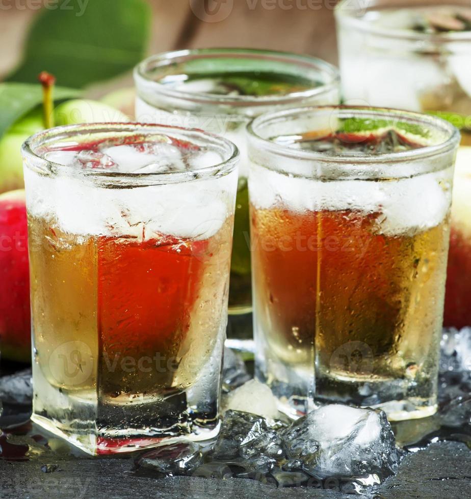 cool uppfriskande äppeljuice med is och frukt foto
