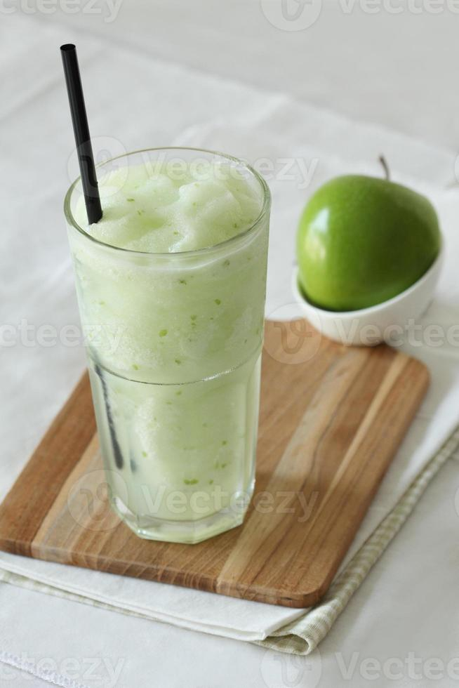 äpplesmoothies drycker på vit bakgrund foto