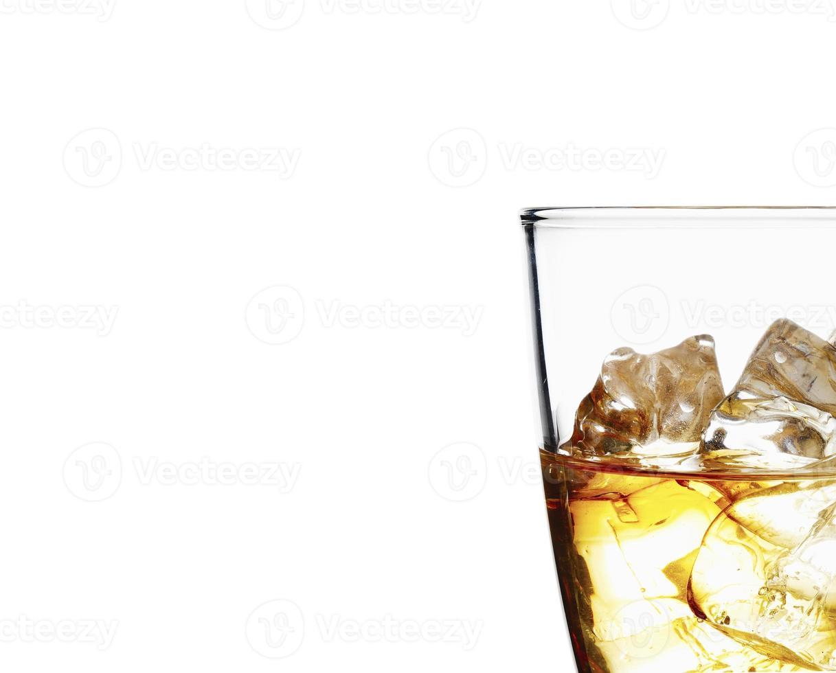glas whisky och is på en vit bakgrund foto