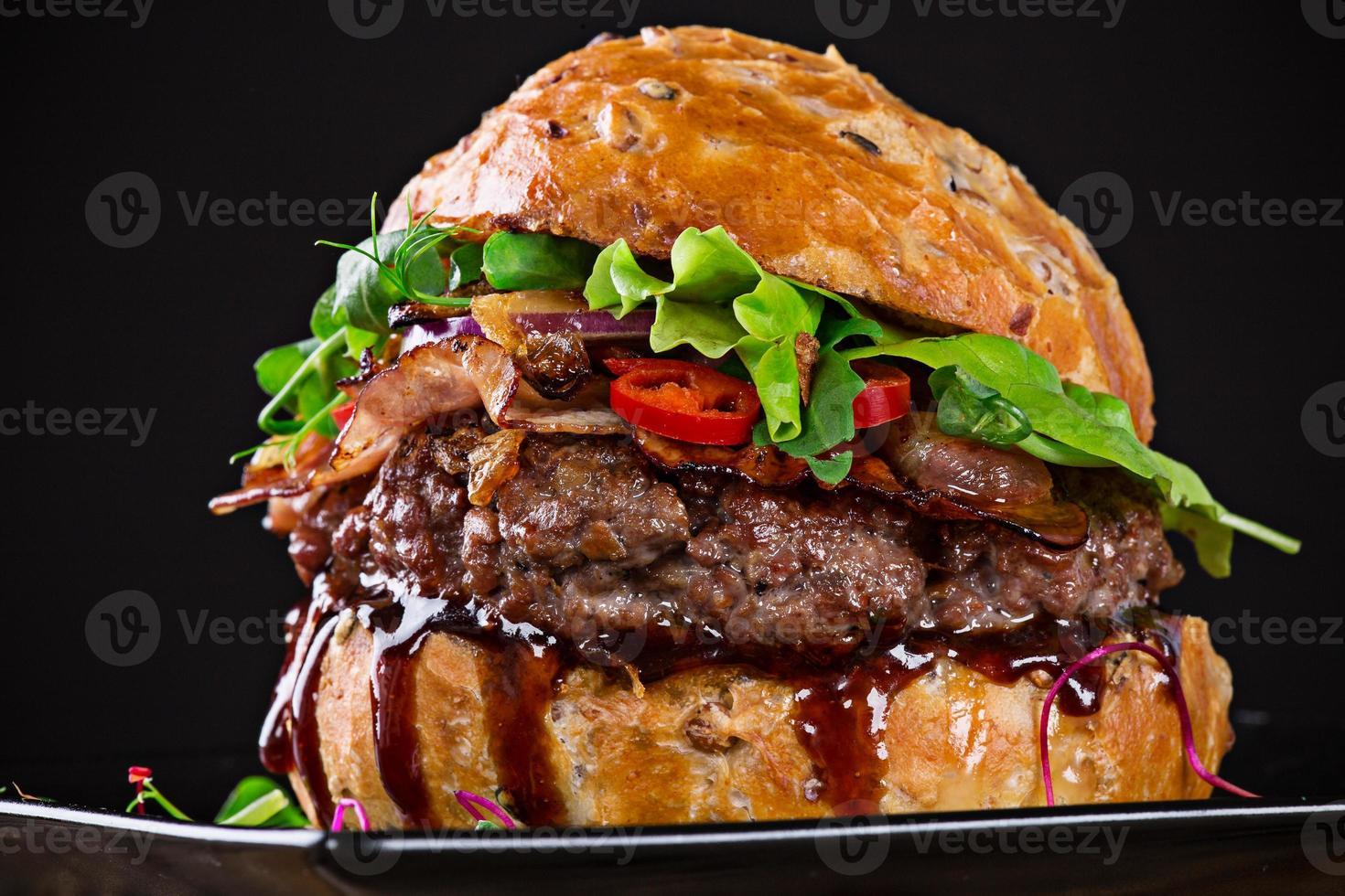 läcker hamburgare på mörk bakgrund foto
