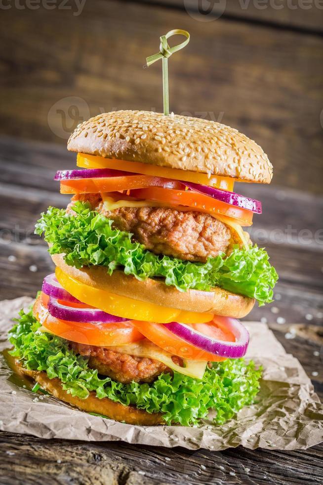 stor färsk och välsmakande hemlagad hamburgare foto