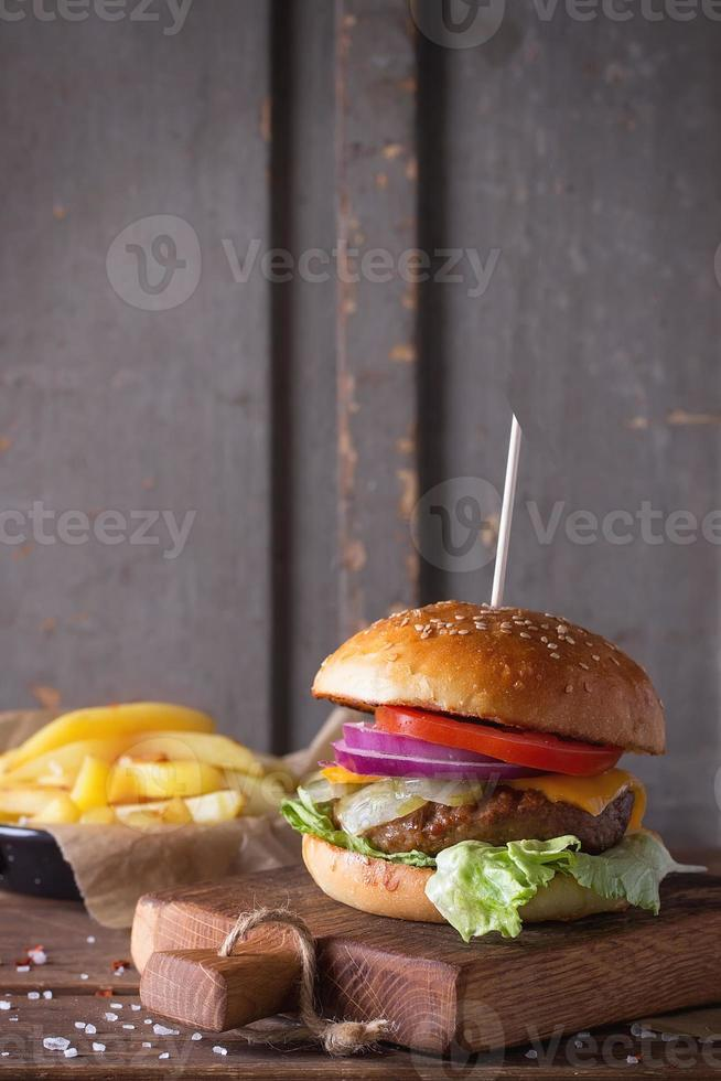 hamburgare och potatis foto