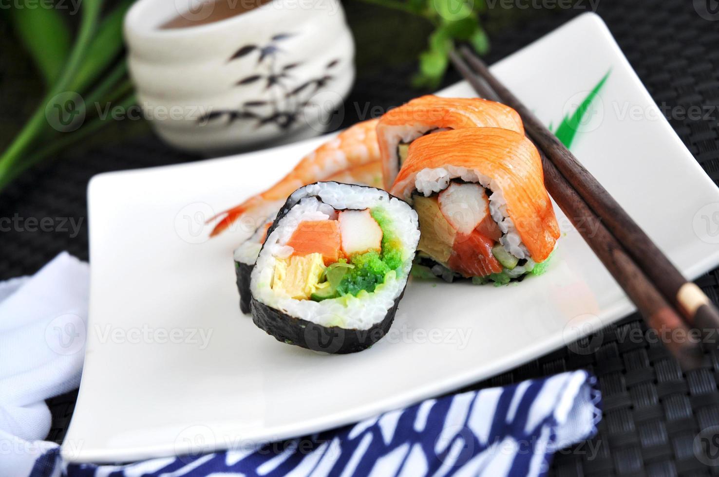 närbild sushi på plattan foto