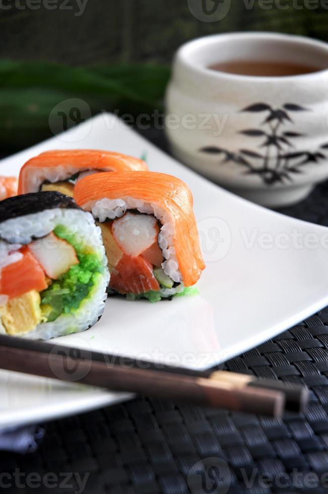 färsk sushi med varmt te foto