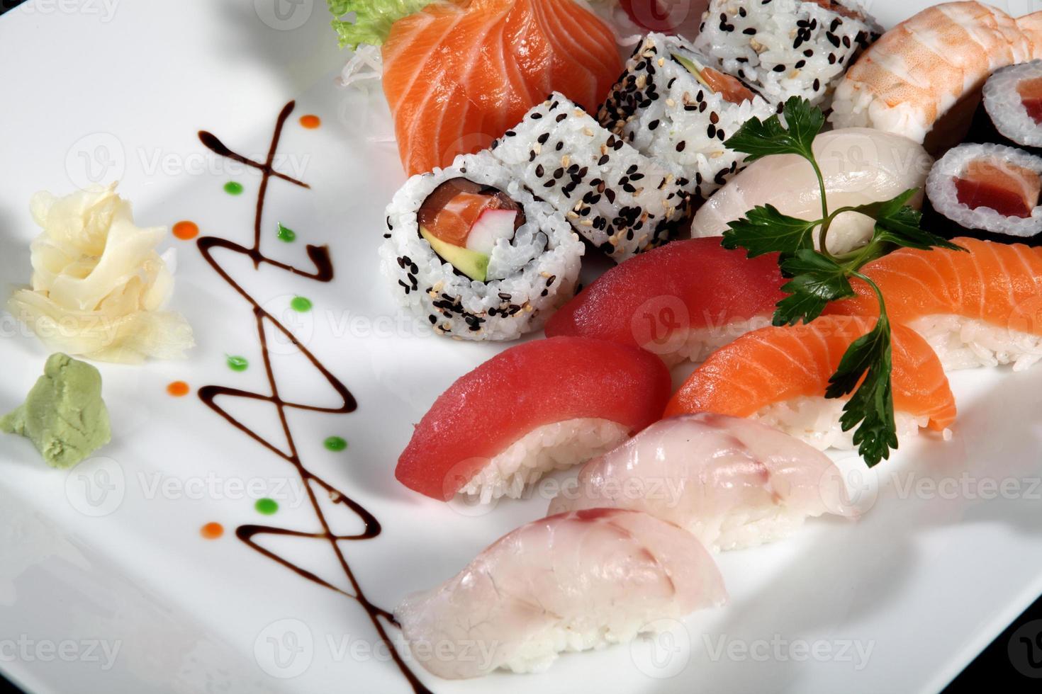 närbild sushi och sashimi foto