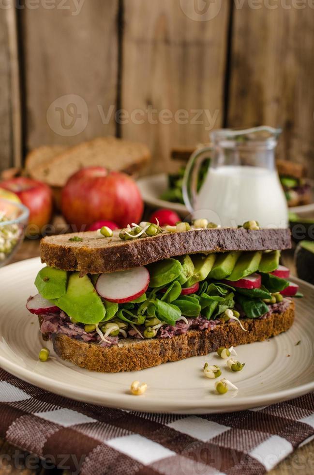 chipotle-avokado sommarsmörgåsrecept foto