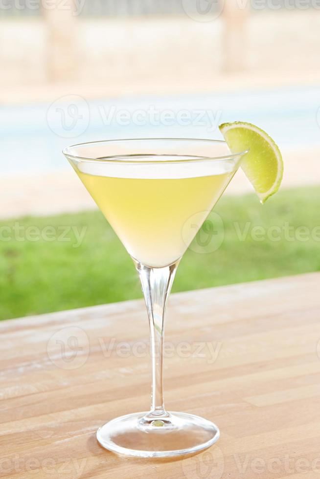 klassisk daiquiri-cocktail vid en pool utomhus foto
