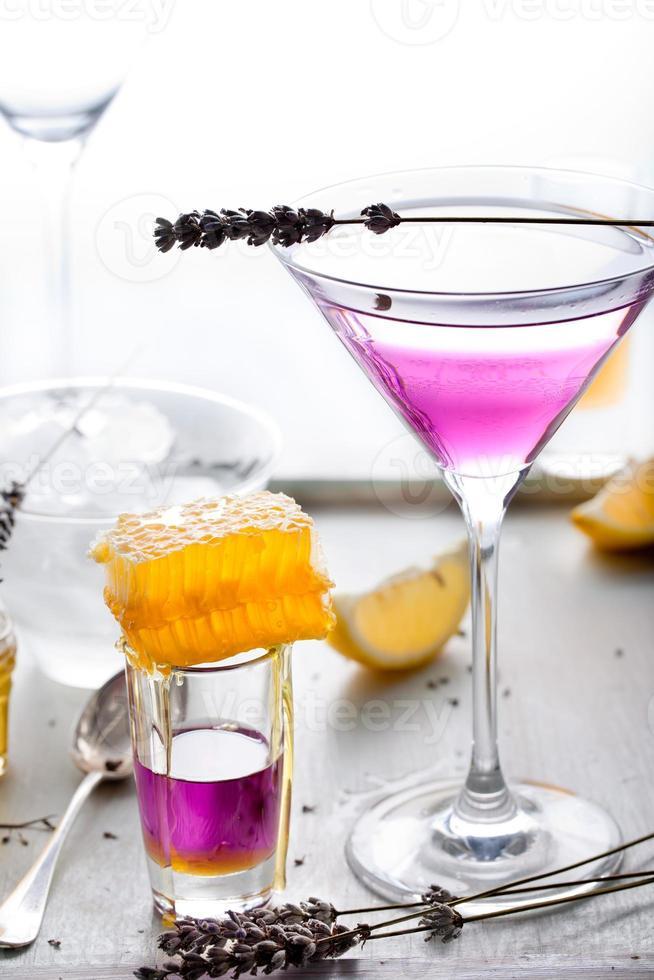 martini, lavendel, honung, citroncocktail foto