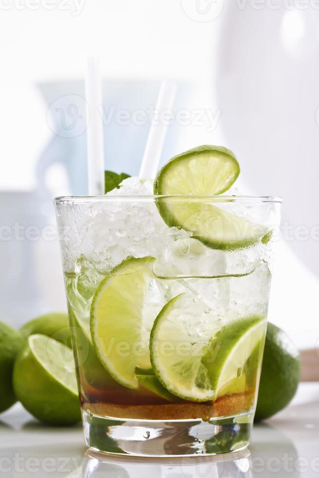 caipirinha med is och kalk i ett glas foto