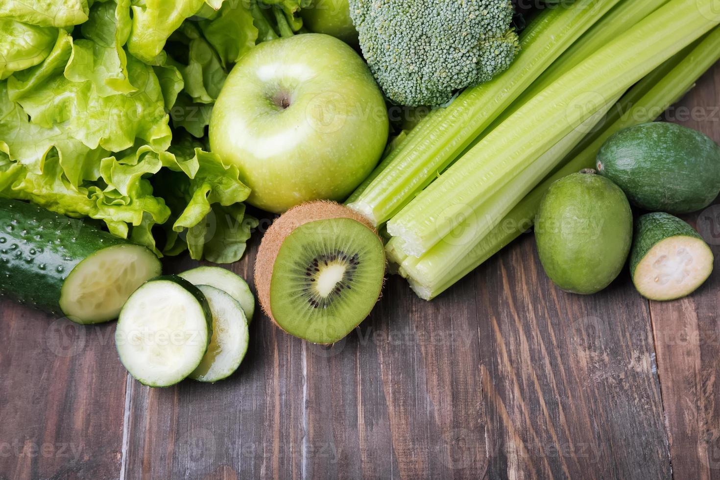 frukt och grönsaker med grön färg foto