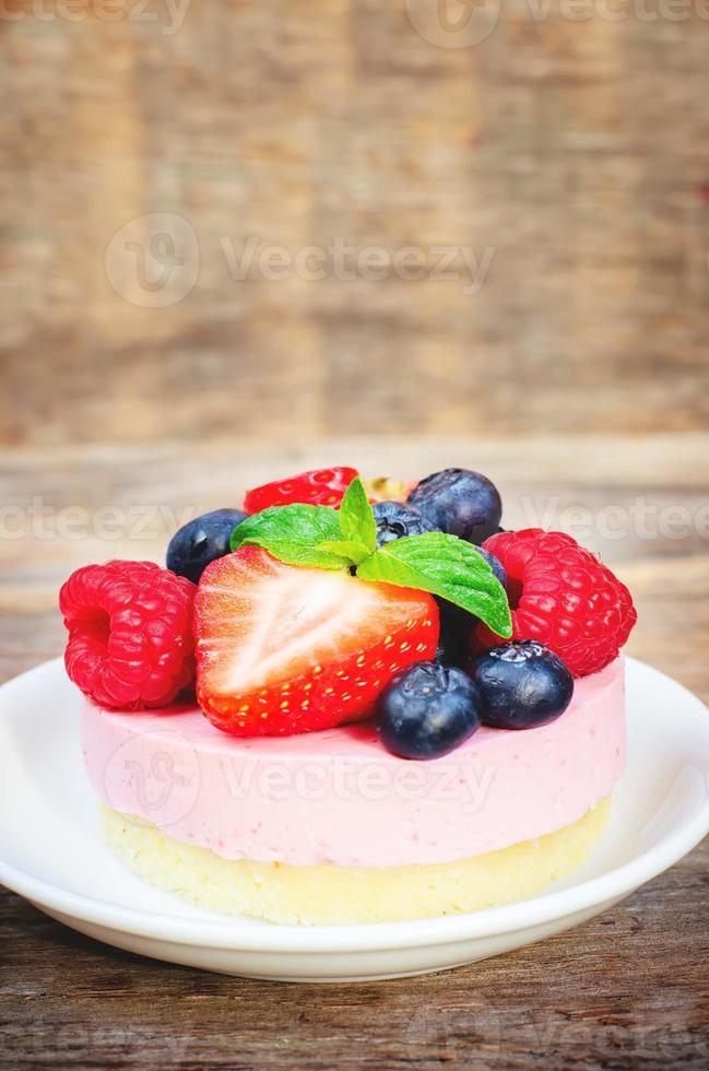 souffle cake med färska hallon, blåbär och jordgubbar foto