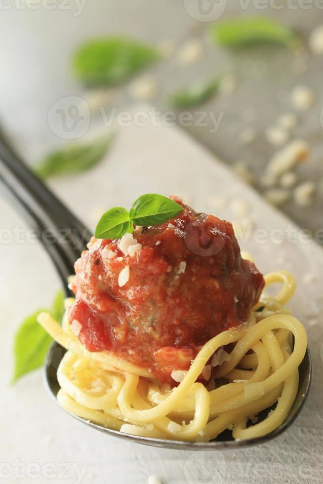 italienska köttbullar i tomatsås foto