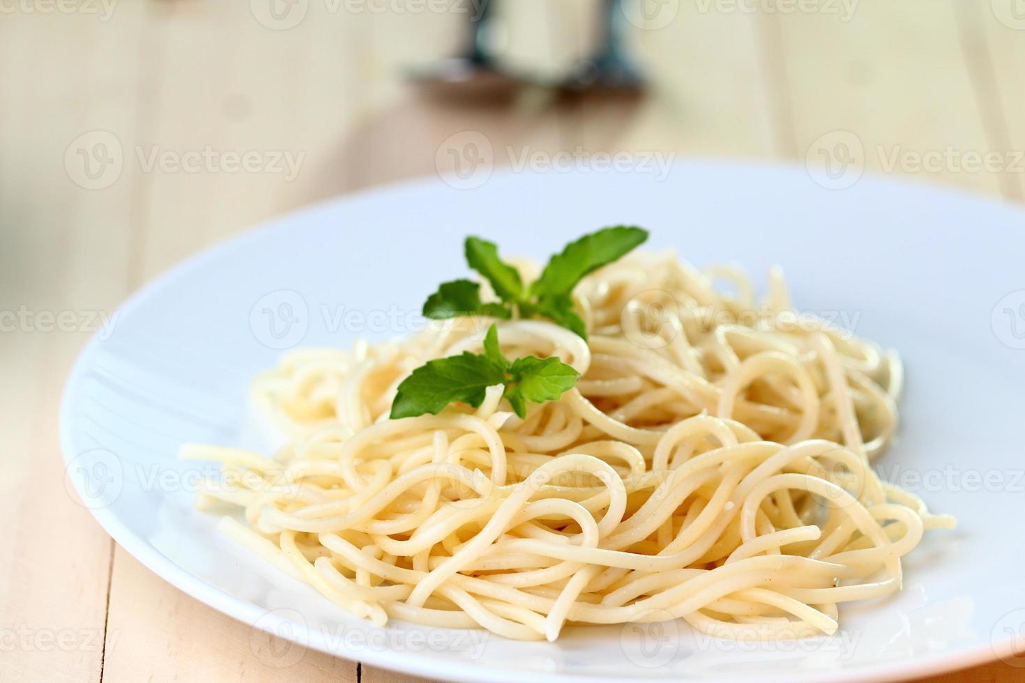 spaghetti på vit maträtt foto