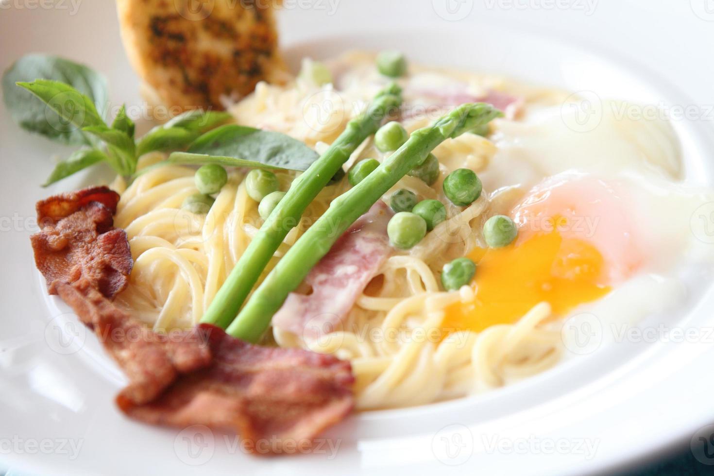 spagetti vit sås med skinka foto