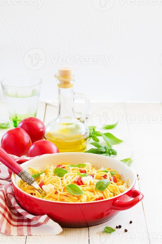 glutenfri pasta med tomatsås och ost. foto