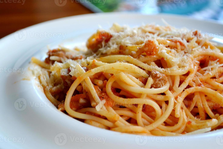 stor tallrik med pastaspagetti bolognese foto