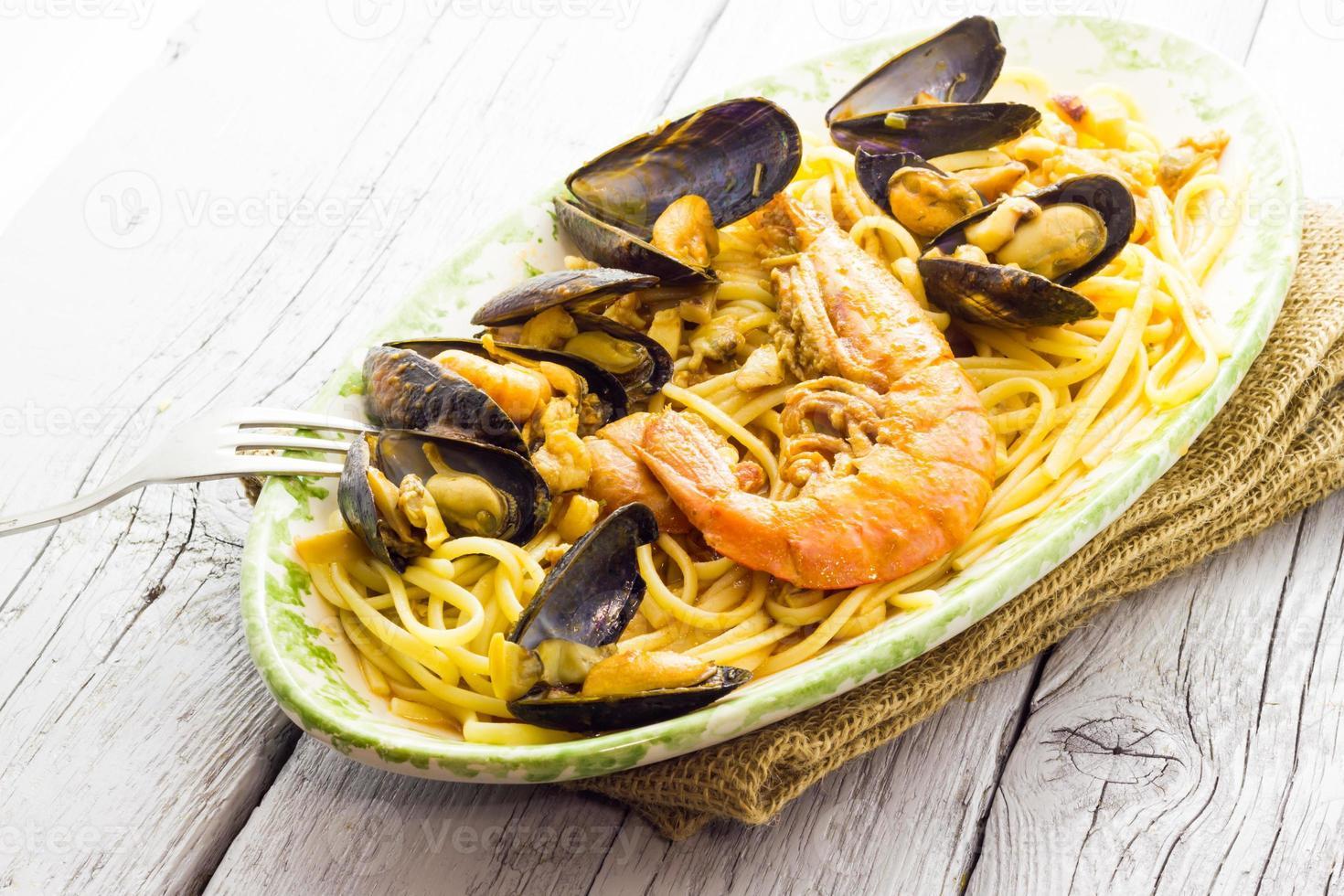 spaghetti med räkor och musslor foto