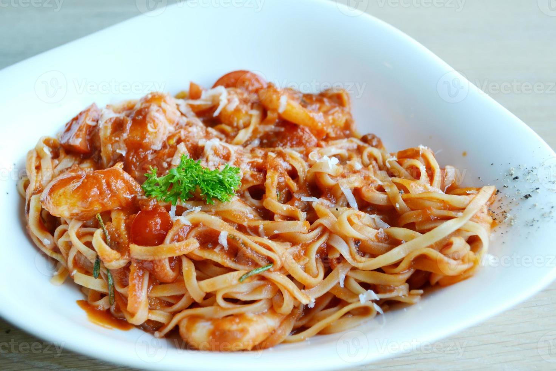 läcker tomatspagetti med räkor och annan skaldjur foto