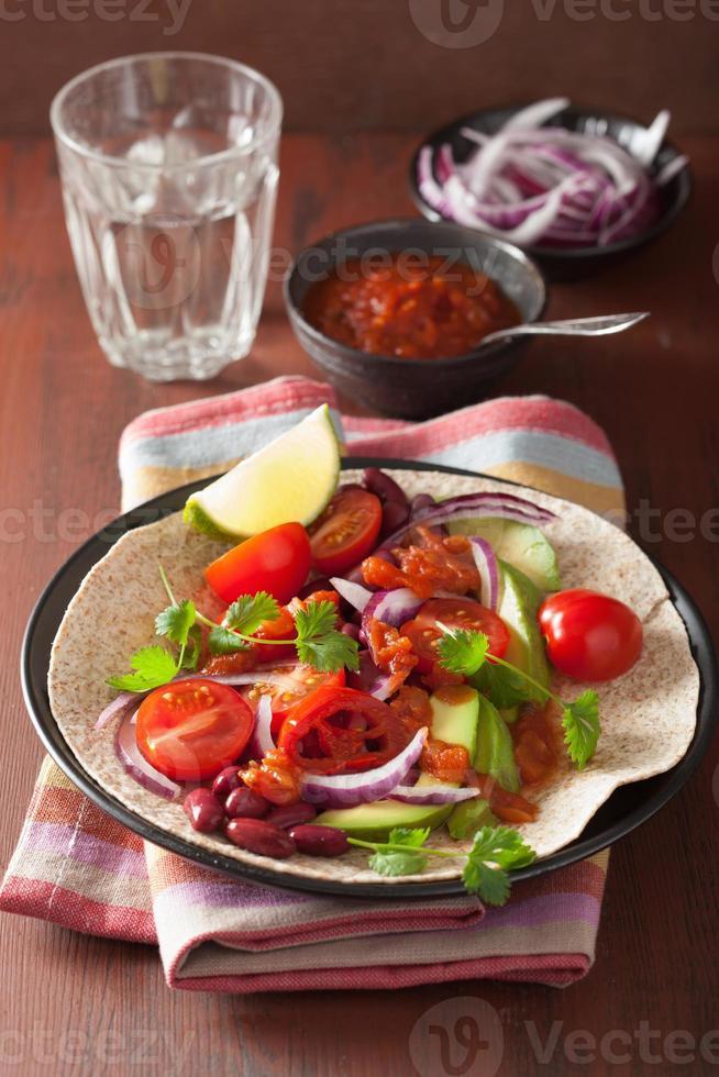 vegansk taco med grönsaker, njurbönor och salsa foto
