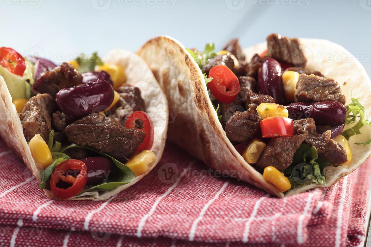 taco med nötkött och grönsaker foto