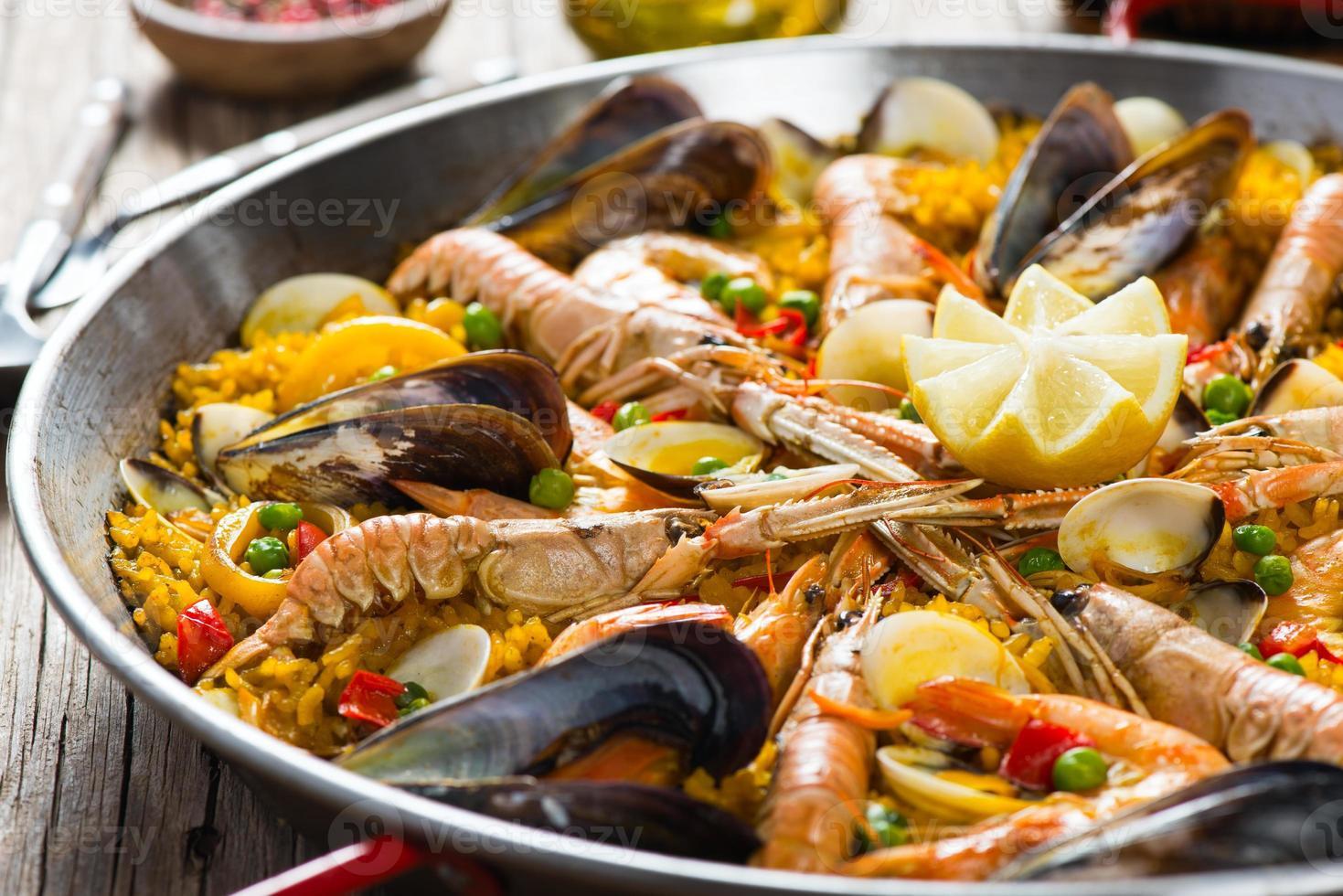 skaldjur spansk paella foto