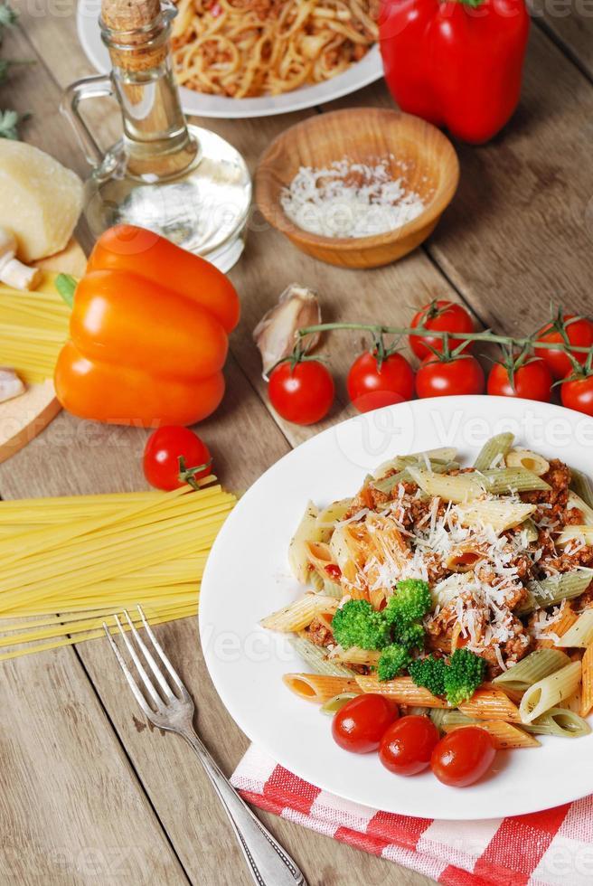 pasta bolognese på träbordet foto