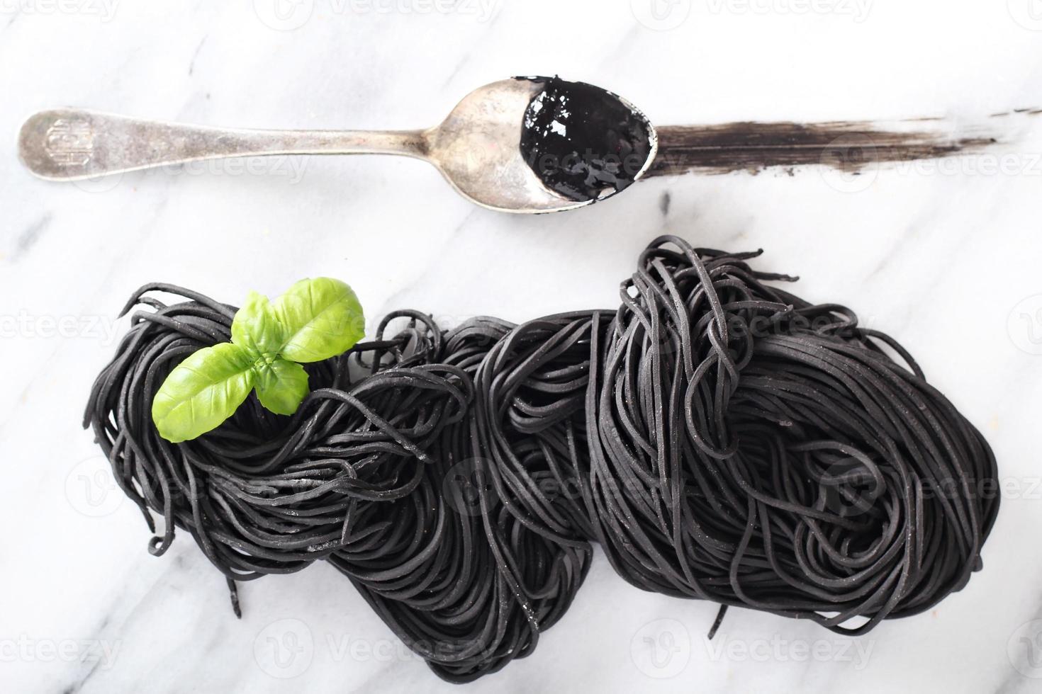 bläckfisk bläck hemlagad pasta på marmor foto