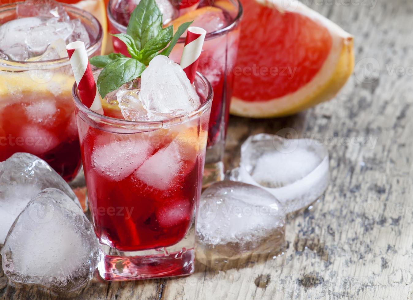 grapefruktcocktail med is i ett litet glas foto
