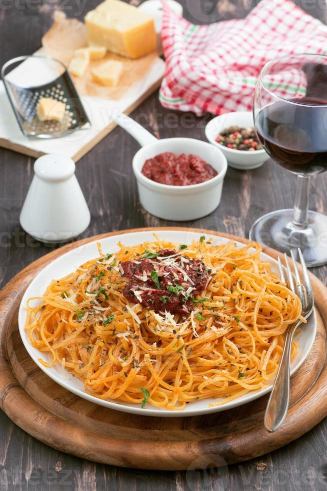 italiensk mat - pasta med tomatsås och ost, vertikal foto